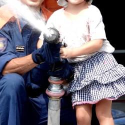 避難訓練に参加する子供の画像