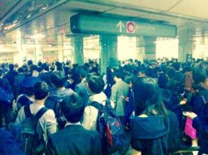 地震で混乱する駅の画像