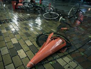 台風で倒れた自転車の画像