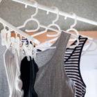 突っ張り棒にかけた洗濯物の画像