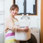 洗濯機と女性の画像
