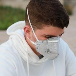 防塵マスクをつけた男性の画像