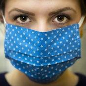 マスクをした女性の画像
