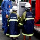防災ヘルメットをつけた子供の画像