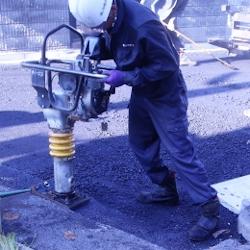 安全靴を履いて作業する男性の画像
