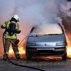 車両火災の消火活動をする画像