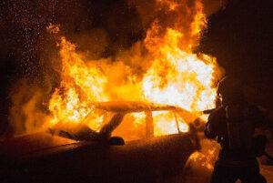 車の消火活動の画像