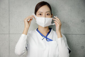 感染予防でマスクをする女性の画像