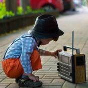 ラジオと子供の画像