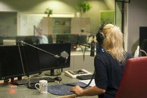 ラジオ局女性DJの画像