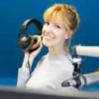 ラジオ局の女性DJ画像