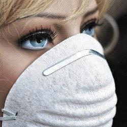 防塵マスクをする女性の画像