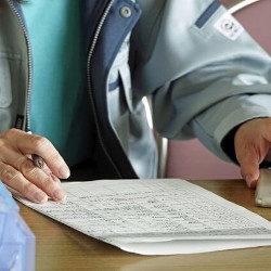 試験を受ける人の画像